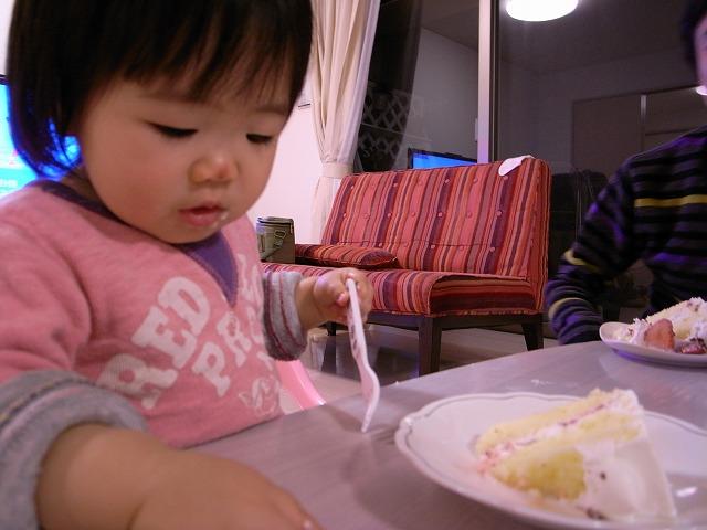 ケーキをほおばる京那