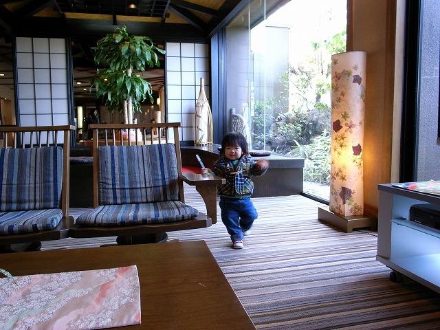 旅館のロビーで京那