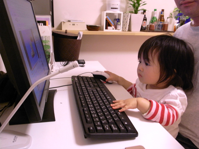 パソコンと格闘中の京那