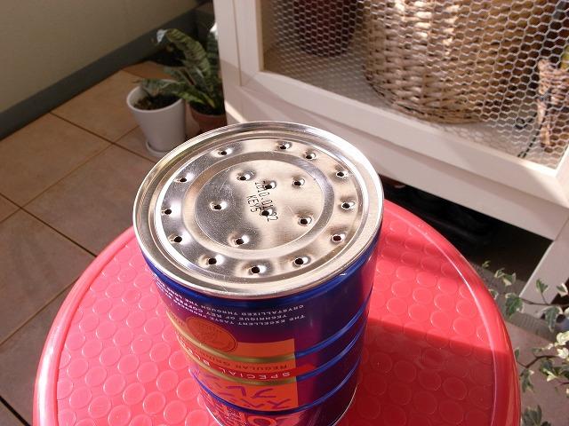 空き缶の底に穴