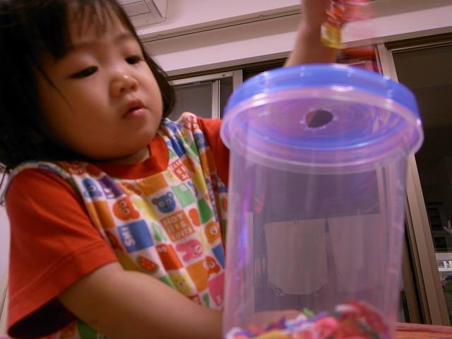 手作りおもちゃで遊ぶ京那
