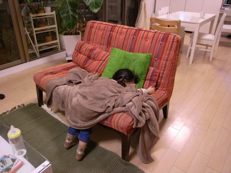 ソファーにすごいカッコで寝る京那
