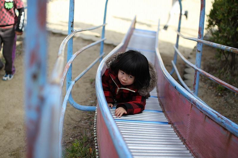 ローラーすべり台で遊ぶ京那